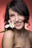 Menina de sorriso com flor Fotografia de Stock