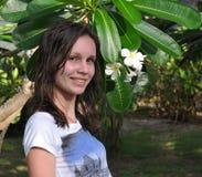 Menina de sorriso com flor Fotos de Stock