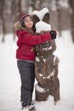 Menina de sorriso com lebre arborizado Fotografia de Stock Royalty Free
