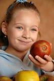 Menina de sorriso com maçãs Imagens de Stock