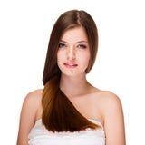 Menina de sorriso com o cabelo saudável isolado no fundo branco Fotografia de Stock