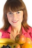 Menina de sorriso com o prato das frutas Fotografia de Stock
