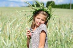 Menina de sorriso com os olhos fechados no campo no fotos de stock
