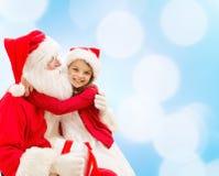 Menina de sorriso com Papai Noel Foto de Stock Royalty Free