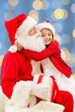 Menina de sorriso com Papai Noel Imagem de Stock