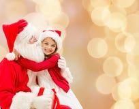 Menina de sorriso com Papai Noel Imagens de Stock Royalty Free