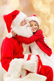 Menina de sorriso com Papai Noel Foto de Stock