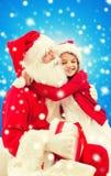 Menina de sorriso com Papai Noel Fotos de Stock Royalty Free