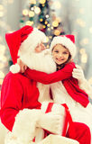 Menina de sorriso com Papai Noel Fotografia de Stock Royalty Free
