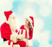 Menina de sorriso com Papai Noel e presentes Imagens de Stock Royalty Free