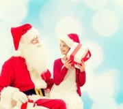 Menina de sorriso com Papai Noel e presentes Imagem de Stock Royalty Free