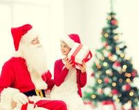 Menina de sorriso com Papai Noel e presentes Imagens de Stock