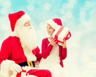 Menina de sorriso com Papai Noel e presentes Foto de Stock