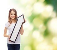 Menina de sorriso com seta vazia que aponta acima Imagens de Stock Royalty Free
