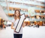 Menina de sorriso com seta vazia que aponta acima Imagem de Stock Royalty Free