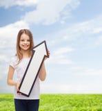 Menina de sorriso com seta vazia que aponta acima Imagens de Stock