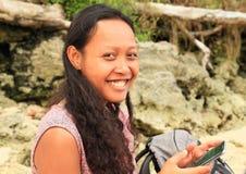 Menina de sorriso com telefone móvel fotos de stock royalty free