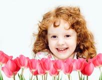 Menina de sorriso com tulipas vermelhas Foto de Stock