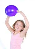 Menina de sorriso com um balão Fotografia de Stock