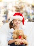 Menina de sorriso com urso de peluche Fotografia de Stock Royalty Free