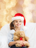 Menina de sorriso com urso de peluche Fotos de Stock