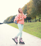 Menina de sorriso consideravelmente à moda do rolo na cidade Fotos de Stock Royalty Free