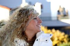 Menina de sorriso da cidade Fotos de Stock Royalty Free