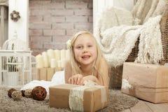 Menina de sorriso da criança com presente Fotos de Stock Royalty Free