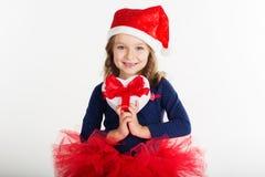 A menina de sorriso de Santa está guardando a caixa de presente vermelha fotos de stock