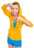 Menina de sorriso do adolescente que quadro com mãos Imagens de Stock Royalty Free