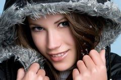 Menina de sorriso do inverno imagem de stock