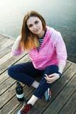 Menina de sorriso do moderno no cais Fotografia de Stock