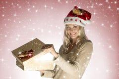 Menina de sorriso do Natal com caixa de presente Foto de Stock Royalty Free
