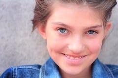 Menina de sorriso do Tween imagem de stock royalty free