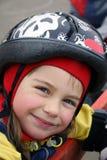 Menina de sorriso em um capacete. imagem de stock