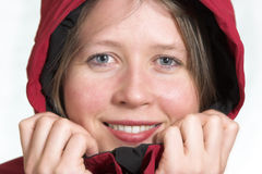 Menina de sorriso em um dia de inverno frio Fotografia de Stock Royalty Free
