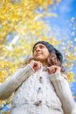 Menina de sorriso em um parque no outono Fotos de Stock Royalty Free