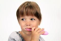 A menina de sorriso escova os dentes Imagens de Stock Royalty Free