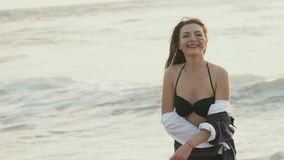 A menina de sorriso exulta na costa do mar vídeos de arquivo