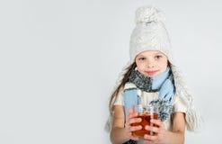 Menina de sorriso feliz bonita do inverno com caneca do chá Menina de riso Fotos de Stock Royalty Free
