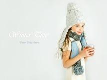 Menina de sorriso feliz bonita do inverno com caneca do chá Menina de riso Foto de Stock Royalty Free