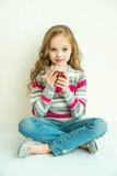 Menina de sorriso feliz bonita do inverno com caneca do chá Menina de riso Imagem de Stock