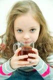 Menina de sorriso feliz bonita do inverno com caneca do chá Menina de riso Imagens de Stock