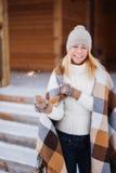 Menina de sorriso feliz bonita nova que guarda o chuveirinho Natal, ano novo, conceito Fotos de Stock