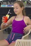 Menina de sorriso feliz com o cocktail vermelho em sua mão fotos de stock