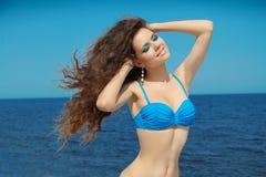 Menina de sorriso feliz do verão com cabelo de sopro ondulado longo wellness fotos de stock royalty free