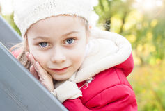 Menina de sorriso feliz exterior durante o outono Imagens de Stock