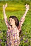 Menina de sorriso feliz na natureza Fotografia de Stock Royalty Free