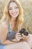 Menina de sorriso feliz que faz imagens pela câmera Fotos de Stock Royalty Free