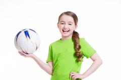 A menina de sorriso guarda a bola em suas mãos. Fotografia de Stock Royalty Free